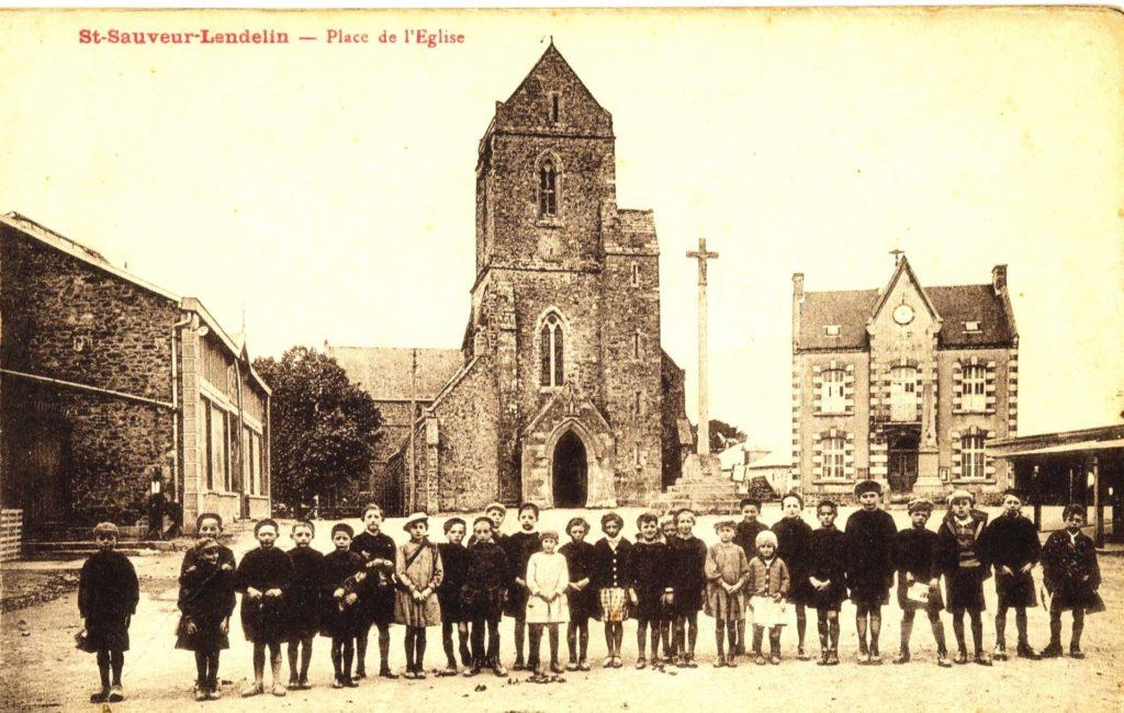 Place de St Sauveur Lendelin en 1930